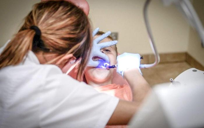 dentiste effectuant un examen dentaire à un enfant