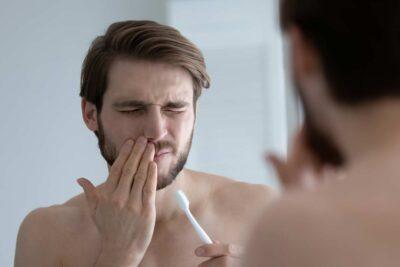 gencives qui saignent lors du brossage des dents / douleur